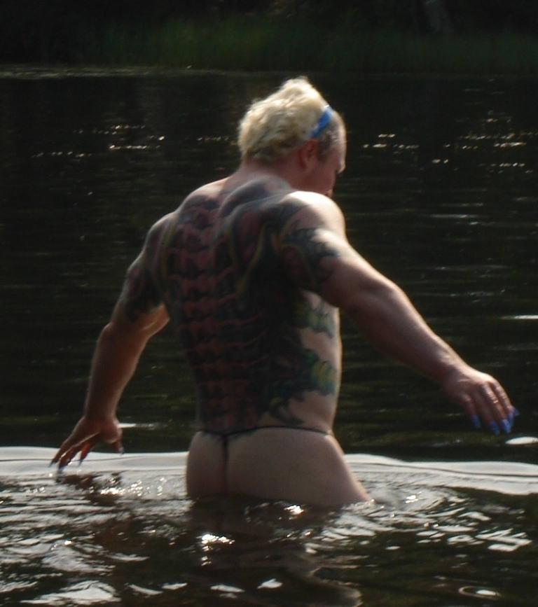 на озере появился знакомый с неким мужчиной