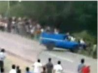 Машина врезается в зрителей на ралли (1.7Мб)