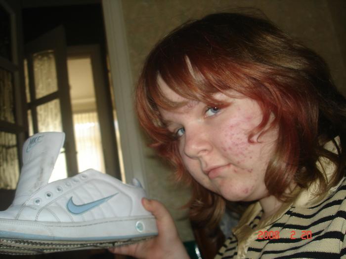 Всем Привет прошу зделать мне 2 фотки на первой фотке зделайте чтобы значок Nike светился или прост был голубым а остальная фотка была серой вторая фотка в комменте