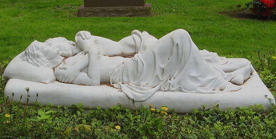 Оригинальные могильные памятники (43 фото)