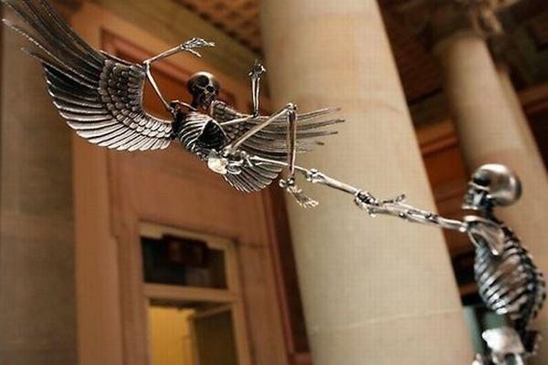 Скульптуры из скелетов (23 фото)