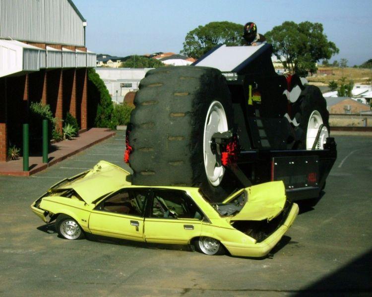 Машины на огромных колесах 32 фото