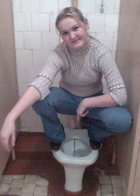 Писают девушки в туалете крупным планом именно: