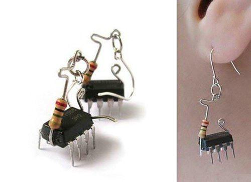 """Любые миниатюрные и в меру симпатичные штучки из  """"чрева """" компьютера превращаются в сережки."""