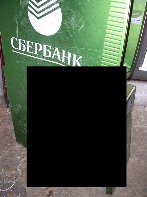 Человек с топором против банкоматов (6 фото)