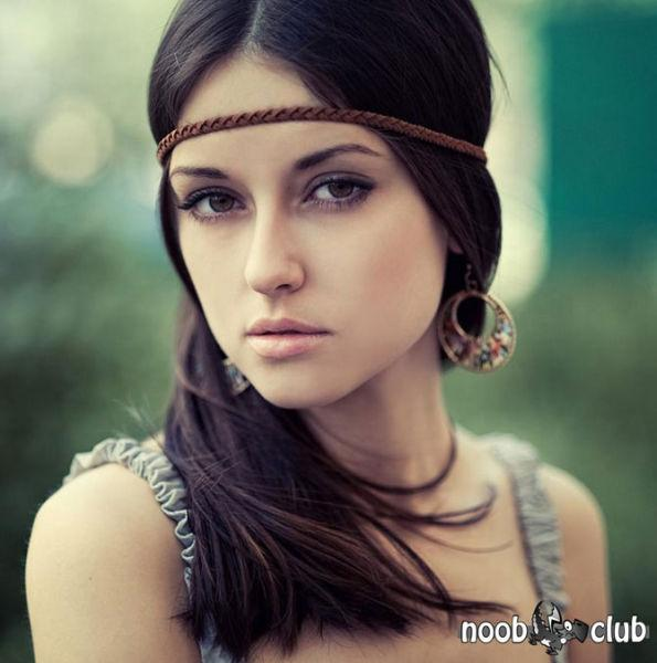 Фото Красивая девушка с повязкой на волосах смотрит в камеру; Добавлено...